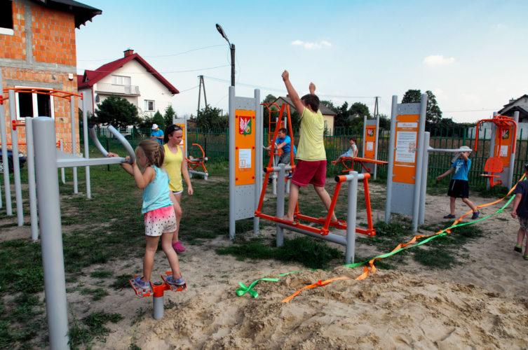 dzieci ćwiczące na nowej siłowni