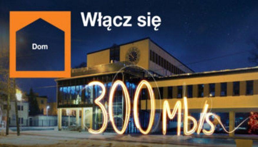 budynek urządu miejskiego w Wołominie nocą oraz napis włącz się i 300mb na s