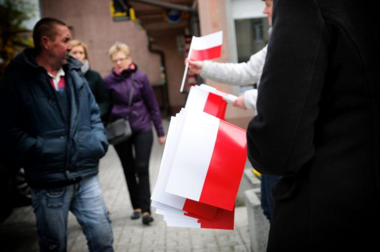 Urzędnicy rozdawali flagi mieszkańcom Wołomina