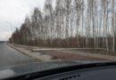 Przewrócone słupy oświetlenia drogowego na Grabicznej w Ossowie
