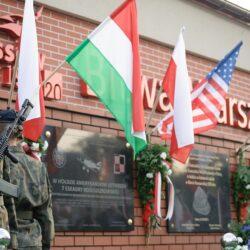 Uroczystość przy tablicach upamiętniających pomoc narodów 1920 roku w Ossowie