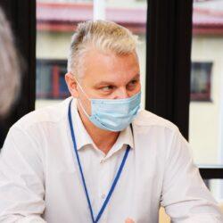zdjęcie przedstawia naczelnika wydziału zarządzania kryzysowego podczas spotkania
