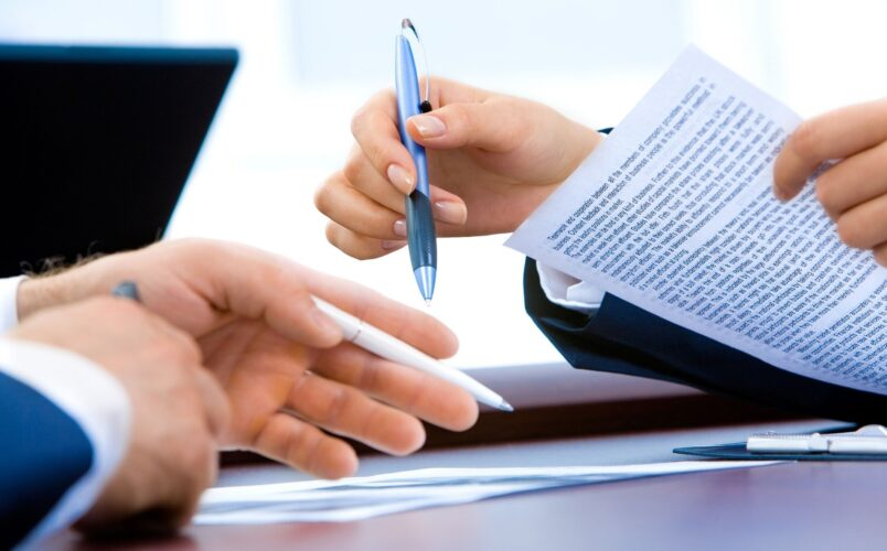 podpisywanie umowy na spotkaniu