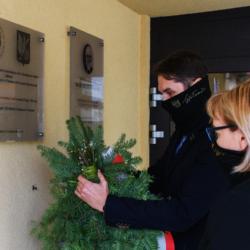 Burmistrz Wołomina Elżbieta Radwan i zastępca Burmistrza Łukasz Marek składa wiązankę przy tablicy
