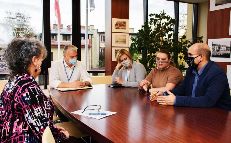 Spotkanie zarządzania kryzysowego zdjęcie przedstawia zespół składający sie z 3 kobiet i dwóch mężczyzn