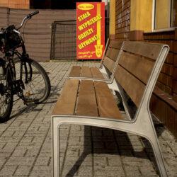 zdjęcie ławki wykonanej z metalu i drewna na kosce