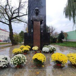 Żółte i białe chryzantemy przy pomniku Piłsudskiego w Wołominie