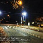 oświetlone skrzyżowanie