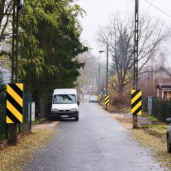 droga asfaltowa, samochód stoi przy ogrodzeniu