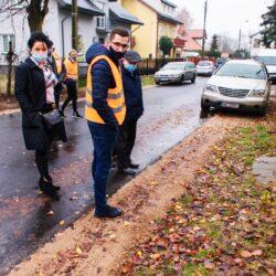 Sprawdzanie inwestycji na drodze asfaltowej