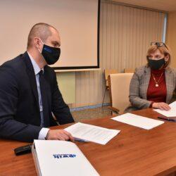 podpisywanie umowy przez burmistrza i przedstawiciela PWiK