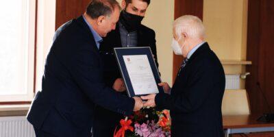 Wręczenie dyplomu i kwiatów dyrektorowi