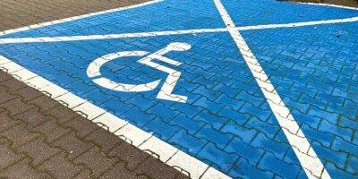 zdjęcie przedstawiajace miejsce parkingowe dla osoby niepełnosprawnej
