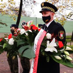 Straż Miejska niesie biało-czerwone kwiaty
