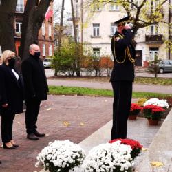 Delagacja stoi przy pomniku