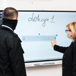 Burmistrz Wołomina wraz z zastępcą korzystają z tablicy interaktywnej