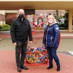 Burmistrz Wołomina i mama Magdy stoją przy sercu pełnych nakrętek