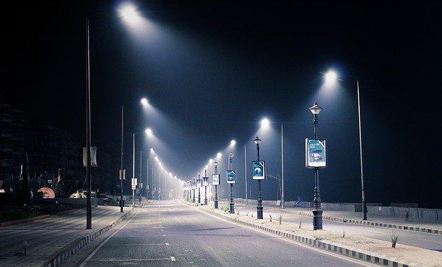 oświetlona ulica w mieście