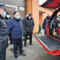 marszałek i strażacy oglądają samochód strażacki