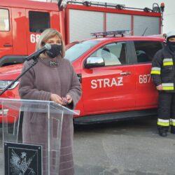 burmistrz przemawia przy wozie strażackim