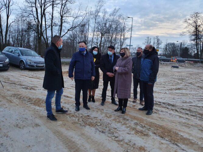 Marszałek, burmistrz i radni na placu budowy