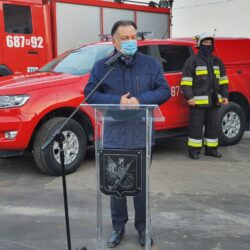 marszałek przemawia przy wozie strażackim