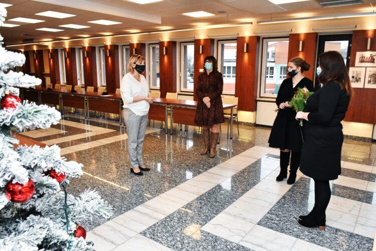 Nauczycielki i burmistrz w sali konferencyjnej. Uroczyste ślubowanie