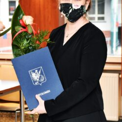 Nauczyciel z teczką i różą