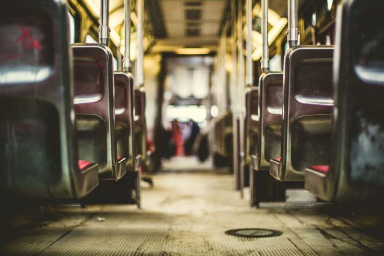 wnętrze busa z siedzeniami