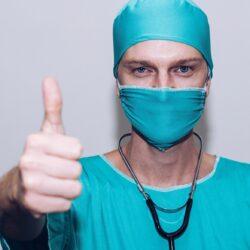 doktor z maseczką