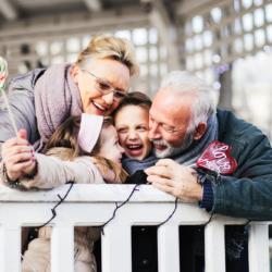 babcia i dziadek wnuki na balkonie