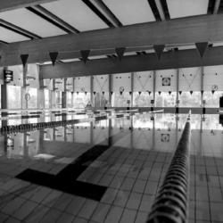 Czarno-białe zdjęcie przedstawiające basen w Wołominie