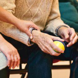 zdjęcie starszej osoby wykonującej ćwiczenia z piłeczką
