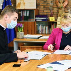 Podpisanie umowy Burmistrz i księdza