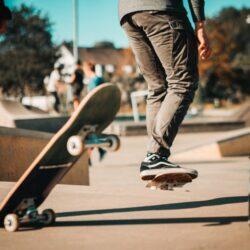 zdjęcie z terenu skateparku - nogi chłopca na deskorolce