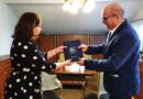 Przekazanie dyplomu dla dyrektor Muzeum
