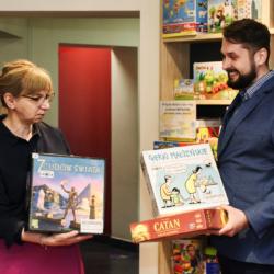 Burmistrz Wołomina wraz z zastępca w Wypożyczalni Gier Planszowych