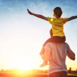 dziewczynka na ramionach taty