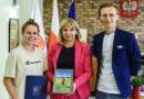 wręczenie dyplomu dla Oliwii Katowicz