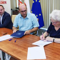 seniorzy podpisują umowę