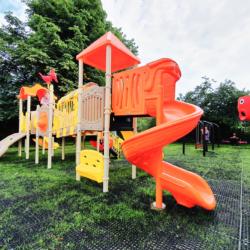 Nowoczesny plac zabaw przy Szkole Podstawowej w Starych Grabiach