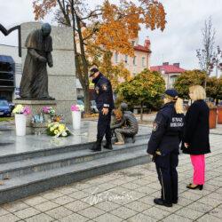 złożenie kwiatów pod pomnikiem Jana Pawła II