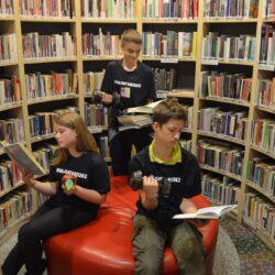 czytanie książek w bibliotece